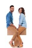 Пары смотря на один другого пока сидящ Стоковое фото RF
