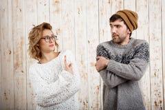 Пары смотря один другого над деревянной предпосылкой Выжимк девушки Стоковые Изображения RF