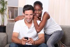 Пары смотря телевидение стоковые изображения rf
