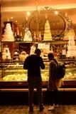 Пары смотря торт от окна магазина Стоковая Фотография RF