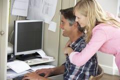 Пары совместно в домашнем офисе стоковое изображение
