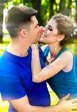 Пары совместно идут в парк В руках владением парня и девушки влюбленности Стоковые Фото