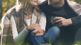 Пары создали программу-оболочку в шотландке сидя в парке, наслаждаясь сообщением, уютная атмосфера акции видеоматериалы