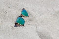 Пары солнечных очков на пляже с дальше карибским островом Стоковые Фото