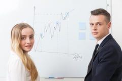 Пары сотрудников приближают к whiteboard Стоковое Изображение RF