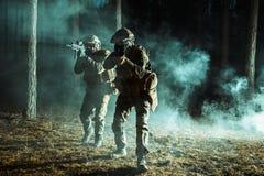 Пары солдат в лесе стоковое изображение rf