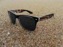 Пары солнечных очков на песке пляжа Стоковые Фото