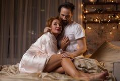 пары спальни обнимая счастливый любить стоковые изображения