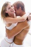 пары спальни обнимая усмехаться Стоковые Изображения RF