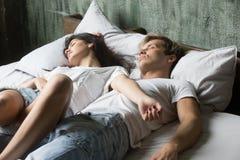 Пары спать в кровати на спальне дома стоковые фотографии rf