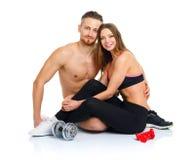 Пары спорта - человек и женщина после фитнеса работают сидеть с Стоковые Фото