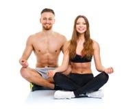 Пары спорта - человек и женщина после фитнеса работают сидеть с Стоковое фото RF
