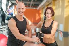 Пары спортсменов представляя с весами металла на Стоковая Фотография