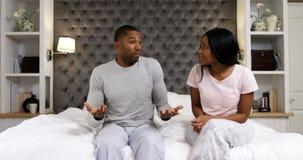 Пары споря друг с другом в спальне 4k видеоматериал