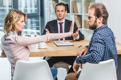 Пары споря на офисе юриста Стоковые Изображения