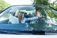 Пары споря о неправильной дороге Стоковая Фотография RF