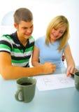 пары справляются счастливая дом смотря детенышей плана стоковые фотографии rf
