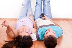пары справляются счастливое слушая нот Стоковое Фото