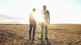 Пары старшей женщины и человека имея выравниваясь прогулку акции видеоматериалы
