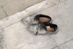 Пары старых коричневых кожаных ботинок на цементе Стоковая Фотография