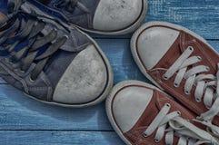 2 пары старых несенных тапок Стоковое Фото