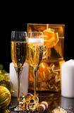 Пары стекел заполненных с сверкная Шампанью Стоковые Фотографии RF
