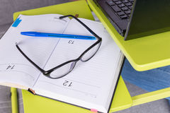 Пары стекел и ручки на журнале или дневнике Стоковая Фотография RF