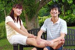 пары стенда давая сидеть массажей влюбленности Стоковое фото RF