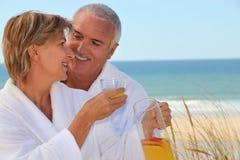 Пары стояли на пляже Стоковые Изображения