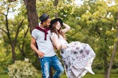 Пары стоя и смеясь над outdoors Стоковая Фотография