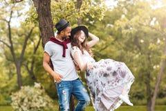 Пары стоя и смеясь над outdoors Стоковые Изображения