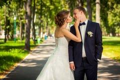 Пары стоя на переулке парка Стоковая Фотография RF