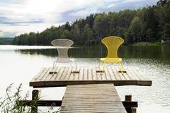 Пары стульев на деревянном настиле Стоковые Изображения