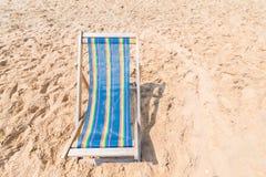 Пары стульев на песчаном пляже на солнечный день ища голубое море, концепция релаксации Стоковые Фотографии RF