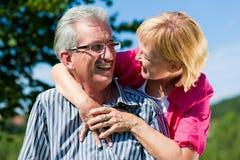 пары счастливые имеющ возмужалую старшую прогулку стоковая фотография