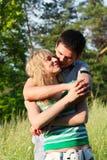пары счастливые обнимающ outdoors детенышей Стоковые Фотографии RF