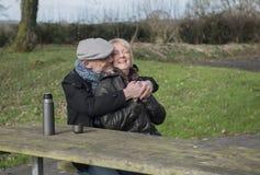 пары счастливые зреют outdoors Стоковая Фотография