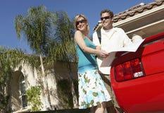 Пары с автомобилем карты готовя Стоковая Фотография