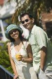 Пары с апельсиновым соком outdoors (портрет) Стоковые Фотографии RF