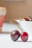 Пары сладостных вишен на белой таблице Стоковое фото RF