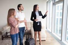 Пары с багажем арендуют квартиру пока путешествовать, встречая острословие Стоковые Изображения RF