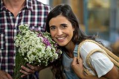 Пары с букетом цветков Стоковые Фото