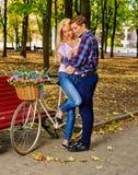 Пары с велосипедом в идя парке осени Стоковое Фото