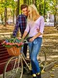 Пары с велосипедом в парке осени Стоковое Фото