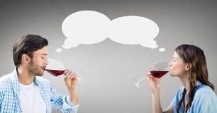 Пары с вином пузыря речи выпивая против серой предпосылки Стоковые Изображения