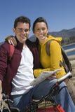Пары с горным велосипедом и дорожной картой Стоковые Фото