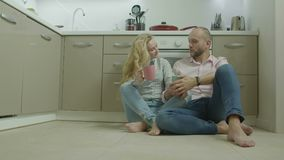 Пары с горячими напитками сидя на поле кухни акции видеоматериалы