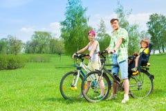 Пары с детьми на велосипедах Стоковая Фотография
