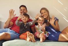 Пары с детьми на патио имея потеху стоковое изображение rf