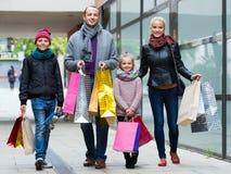 Пары с детьми на улице города Стоковые Фотографии RF